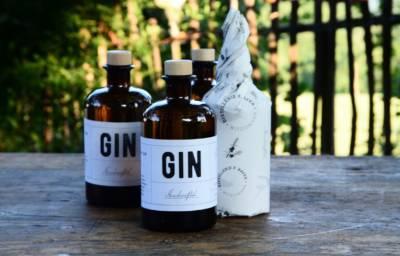 Witzigmänn Gin auf Gartentisch