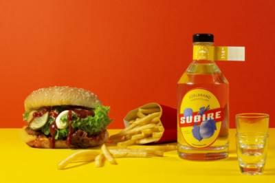 Bayer und Bayer Subire Bio Edelbrand mit Burger und Pommes