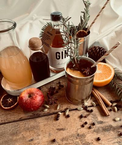 Winter Gin mit Botanicals und Serviervorschlag